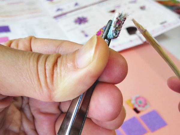 布端をきれいにきりそろえ、布端に接着剤をつけ指で押さえます。