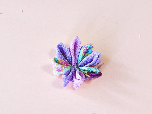 花びらをバランスよく貼っていきます